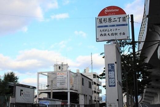 バス停と建物